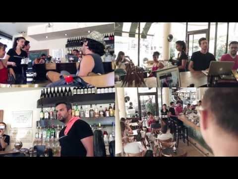 הופעה שוברת שגרה בבית קפה תל אביבי