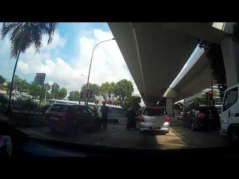 Автобус буквально снёс четырёх мотоциклистов в Сингапуре