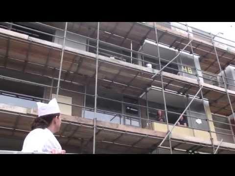 Cora van Mora op de bouwplaats