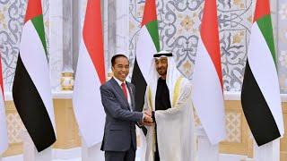 *Presiden Jokowi Disambut Upacara Kenegaraan di Abu Dhabi*  Dalam kunjungannya ke Persatuan Emirat Arab (PEA) Presiden Joko Widodo disambut dengan upacara penyambutan kenegaraan di Istana Kepresidenan Qasr Al Watan, Abu Dhabi, pada Minggu, 12 Januari 2020.  Setibanya di Istana Qasr Al Watan sekitar pukul 17.30 waktu setempat (WS), Presiden Jokowi disambut langsung oleh Putra Mahkota Abu Dhabi Sheikh Mohamed bin Zayed (MBZ).  Di halaman Istana Qasr Al Watan, upacara kehormatan dimulai dengan dentuman meriam sebanyak 21 kali. Setelahnya, lagu kebangsaan Indonesia Raya dikumandangkan.  Sebelum memasuki Istana Qasr Al Watan, Presiden Jokowi dan MBZ berfoto bersama di ruang sayap kanan ruang penyambutan. Kedua pemimpin kemudian memperkenalkan delegasi masing-masing negara.  Presiden Jokowi juga menandatangani buku tamu kenegaraan. Presiden Jokowi dan MBZ kemudian berjalan menuruni anak tangga menuju Big Majlis.   Selesai upacara penyambutan kenegaraan, kedua pemimpin melakukan pertemuan bilateral. Pada kesempatan tersebut, Presiden Jokowi dan MBZ juga menyaksikan pertukaran sejumlah nota kesepahaman baik antara pemerintah kedua negara maupun perjanjian bisnis.  Rangkaian upacara penyambutan kenegaraan kemudian ditutup dengan jamuan santap malam kenegaraan.  Turut mendampingi Presiden dalam upacara penyambutan kenegaraan dan pertemuan bilateral yaitu, Menteri Koordinator Bidang Perekonomian Airlangga Hartarto, Menteri Koordinator Bidang Kemaritiman dan Investasi Luhut Binsar Panjaitan, Menteri Luar Negeri Retno Marsudi, Menteri Agama Fachrul Razi, dan Menteri Perdagangan Agus Suparmanto.  Selain itu, hadir pula Sekretaris Kabinet Pramono Anung, Menteri Energi dan Sumber Daya Mineral Arifin Tasrif, Menteri Badan Usaha Milik Negara Erick Thohir, Kepala Badan Koordinasi Penanaman Modal Bahlil Lahadalia, Kepala Badan Nasional Penanggulangan Terorisme Suhardi Alius, dan Duta Besar RI untuk PEA Husin Bagis.   Abu Dhabi, 12 Januari 2020 Biro Pers, Media, dan Informasi Sekretaria