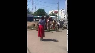 Индейцы поют у Кировского рынка г. Астрахани