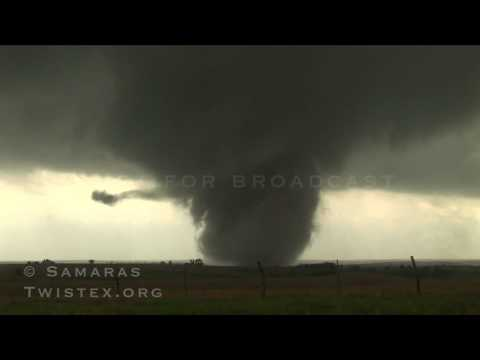 Il tornado visto dalla macchina in fuga