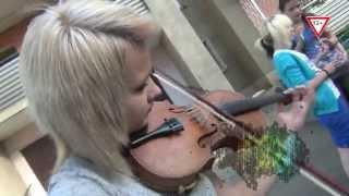 Девушка очень красиво играет на скрипке