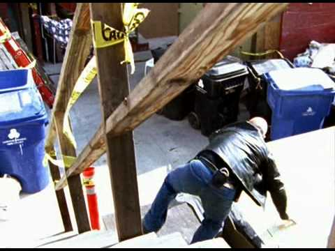 Michael Chiklis on The Shield showing the best way to chase someone who jumps over a fence!