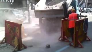 Коммунальщики устроили пылевую атаку