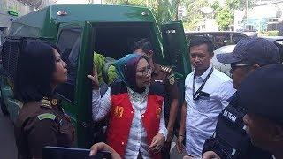 Tiba di PN Jaksel, Ratna Sarumpaet Kenakan Kalung hingga Jalan Penuh Percaya Diri