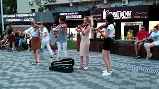 Скрипачки на Арбате исполняют казахский куй Курмангазы Сары-Арка