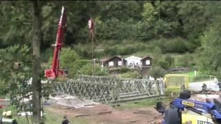 preview picture of video 'THW baut Behelfsbrücke über den Höllbach'