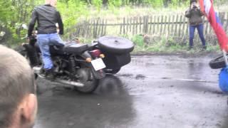 Смотреть онлайн Мотоциклы Урал и Днепр перетягивают канат