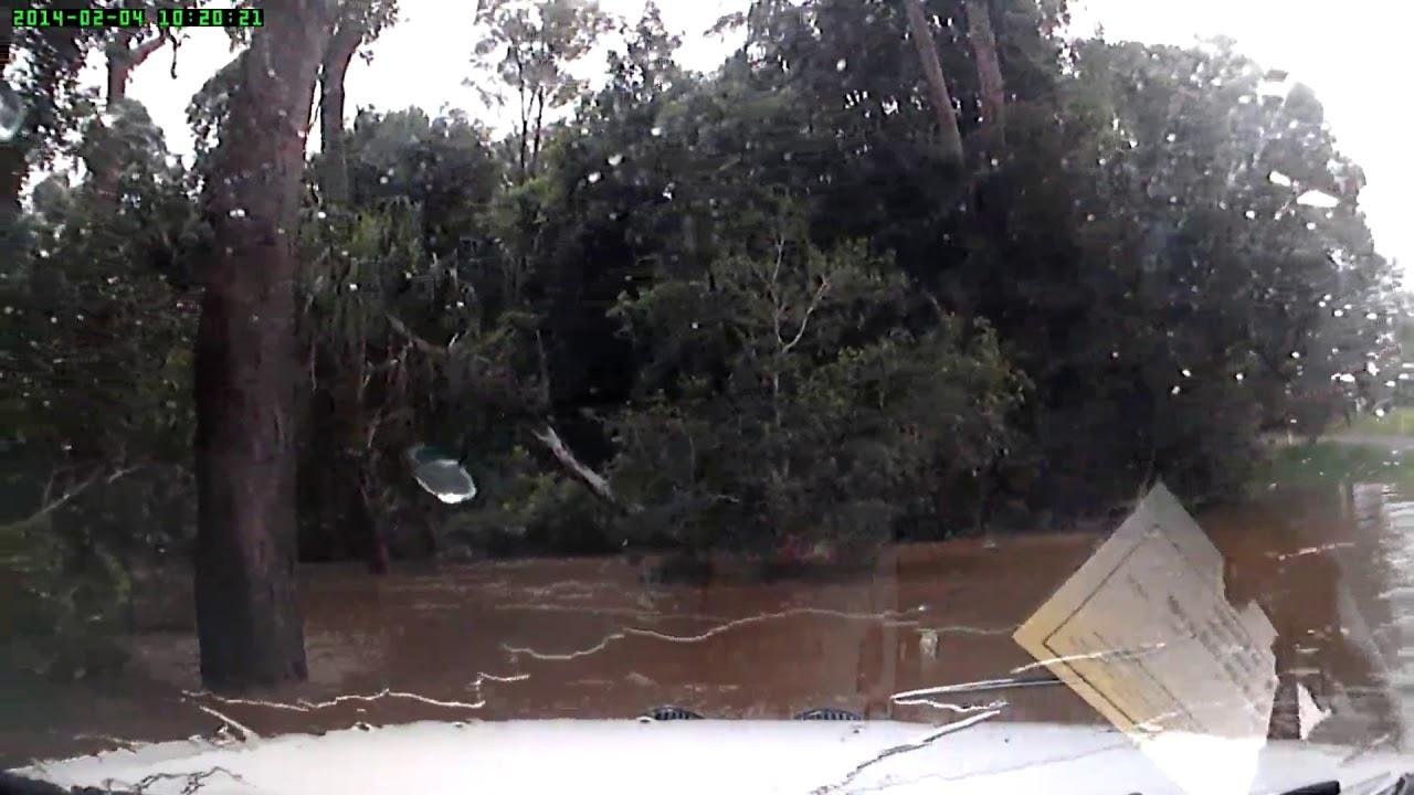 Влетел в реку и поплыл водитель в Австралии