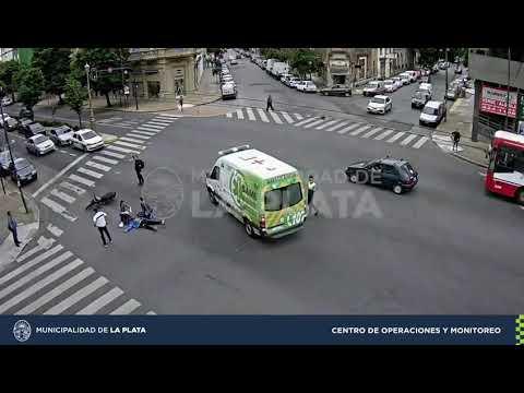 Un motociclista quedó tendido en diagonal 80 tras chocar con un auto