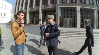 Как государственные структуры из прилегающих улиц Москвы делают ведомственные парковки
