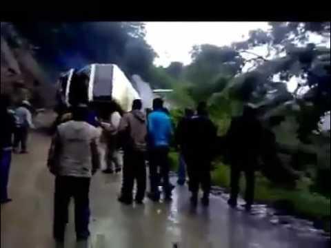 Autobus si ribalta e finisce in una scarpata