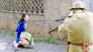 幾個日軍抓住一個中國女孩準備施暴!美女特工及時出手相救,單挑數名日軍!