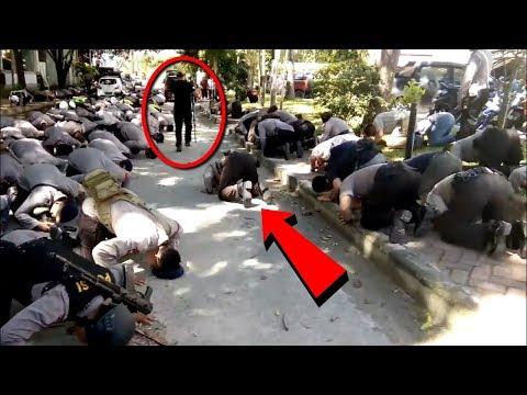 Berhasil Direkam!! Para Polisi ini Tiba² Bersujud Ke Tanah!! Tak Disangka ini Yang Terjadi!