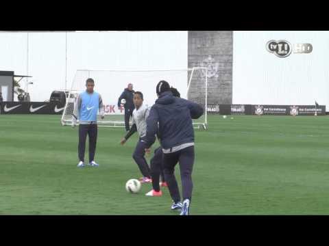 Em boa fase, Douglas anima o treino do Corinthians
