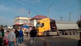 В Николаевской области жители поселка перекрыли дорогу: требуют ее ремонта