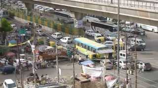 preview picture of video 'New Delhi busy intersection with cows, Tuc Tuc. Verkeer New Delhi met Tuc Tuc, koeien ect.'