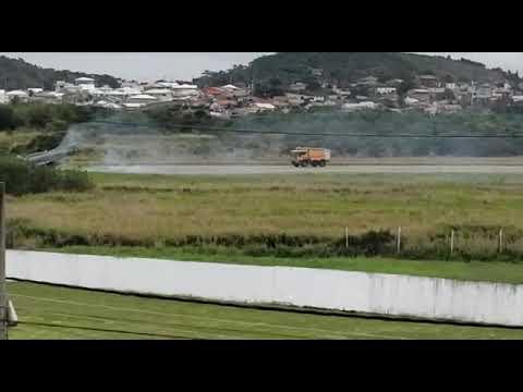 Un AF-1B Hawk se incendia tras estrellarse en un despegue en São Pedro da Aldeia