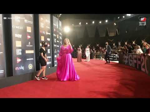 زينب بفستان جريء وليلى علوي تداعب المصورين على «الريد كاربت» في رابع أيام الجونة السينمائي