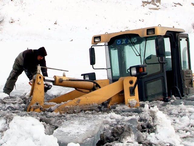 Трактор ушел под лёд
