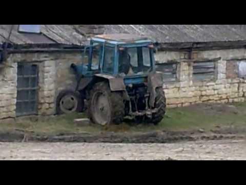 Трактор против здания