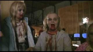 Dans les coulisses, le cast en zombies - VO