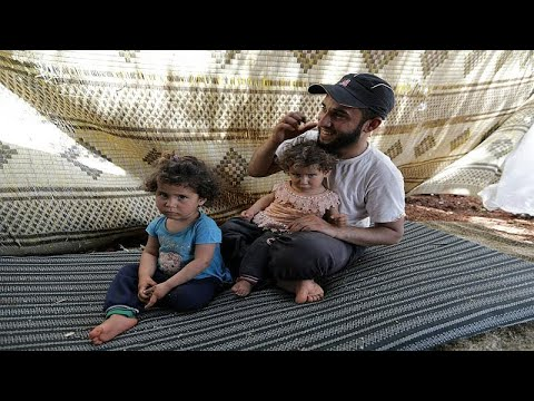 العرب اليوم - شاهد: أسرة سورية تجتاز الأراضي الزراعية سيرًا على الأقدام