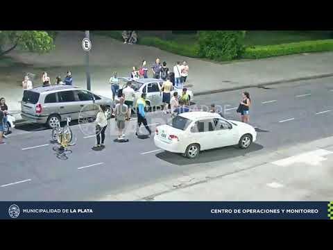 VIDEO. Atropellaron a una ciclista que pasó en rojo