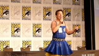 "John chante ""Copacabana"" à la Comic Con San Diego 2017"