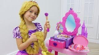 София как Рапунцель наряжается и делает макияж / Sofia Pretend Play Dress Up & Kids Make Up Toys