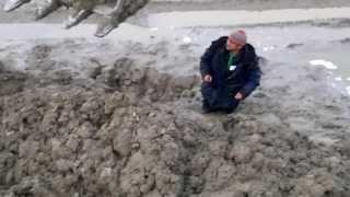 Мужик застрял в грязи   A man drowned in Russia in the mud