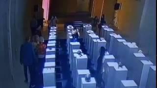 Смотреть онлайн Женщина причинила ущерб галерее 200 тысяч долларов