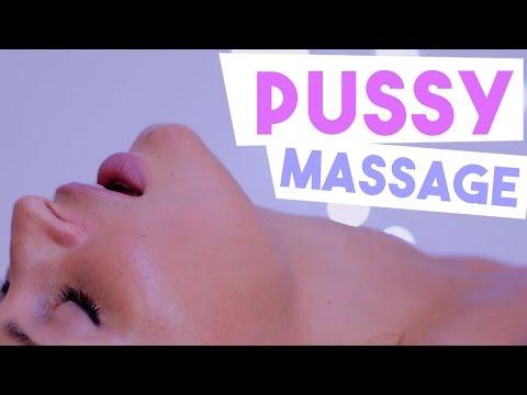 Un bărbat își face un masaj penis
