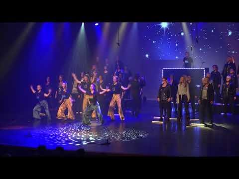 Popkoor Unlimited Sound zingt tijdens Koningsdag op Meerpaalplein