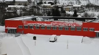 Czech floorball players escape before roof collapse