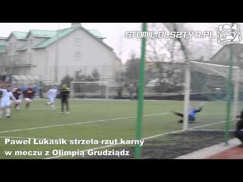 Paweł Łukasik strzela bramkę z rzutu karnego w meczu Stomil Olsztyn - Olimpia Zambrów