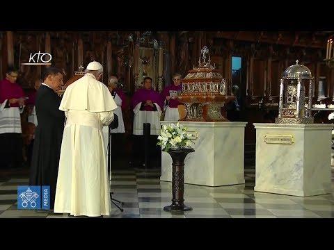 Prière devant les reliques des saints péruviens