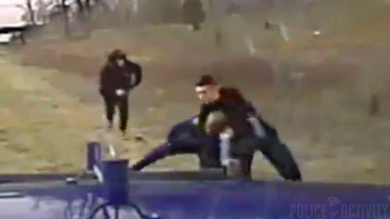 Полицейский очень рисковал погнавшись за мотоциклистом