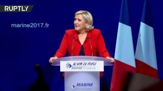 Женщина прорвалась на сцену во время выступления Ле Пен