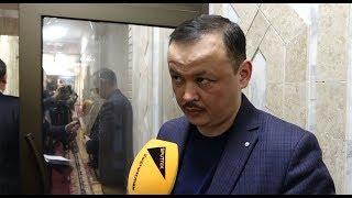 Депутат пришел в ЖК не в рубашке. Он не считает это нарушением — видео