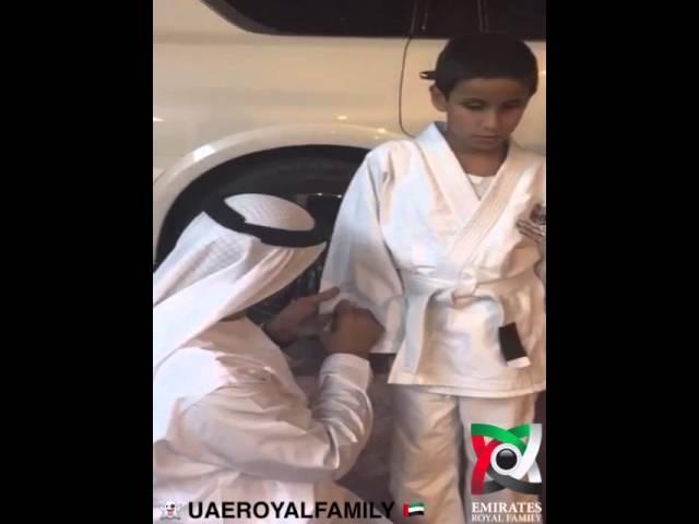 محمد بن زايد يكتب عبارات أبوية على بدلة طفل كفيف