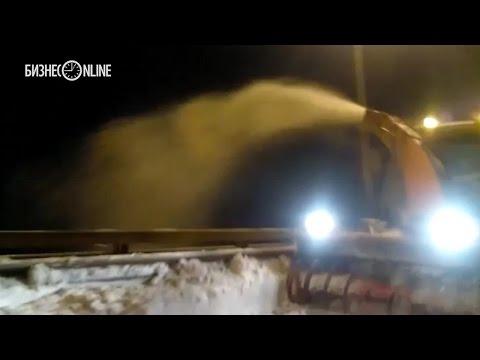 В Казани на мосту «Миллениум» дорожные службы сбрасывали снег с обочины прямо в Казанку