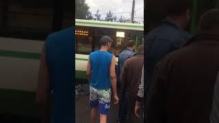 Водителя вытаскивают из кабины после ДТП на улице 50 летия октября в Солнцево