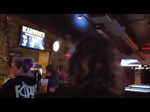Mies laulaa Psycho Killer kappaletta karaokessa ja ei tiedä että David Byrne istuu vieressä