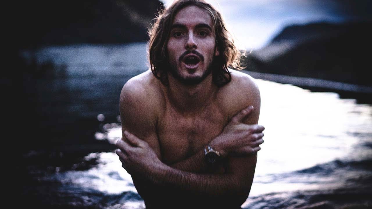"""""""Я сошел с ума"""": Циципас попробовал искупаться в горной реке в Исландии"""