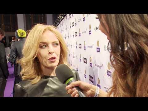 Kylie Minogue mit Alexandra auf dem lila Teppich