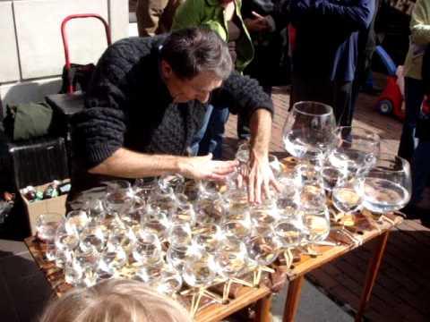 Taitava katusoittaja soittaa laseilla
