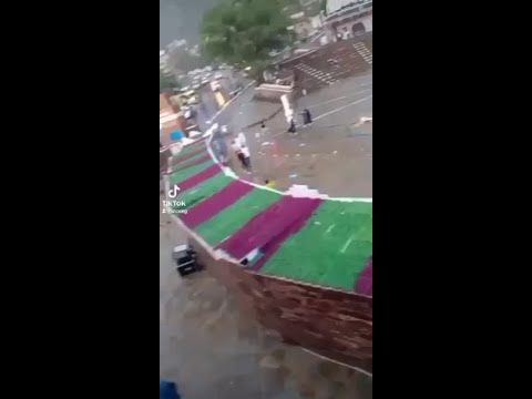 شاهد.. أمطار غزيرة تلغي فعاليات الاحتفال برجال ألمع