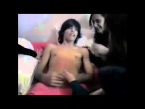 5 girls waxing up a boy..5 Raparigas a depilar um rapaz ..First time ever lol - ازالة الشعر